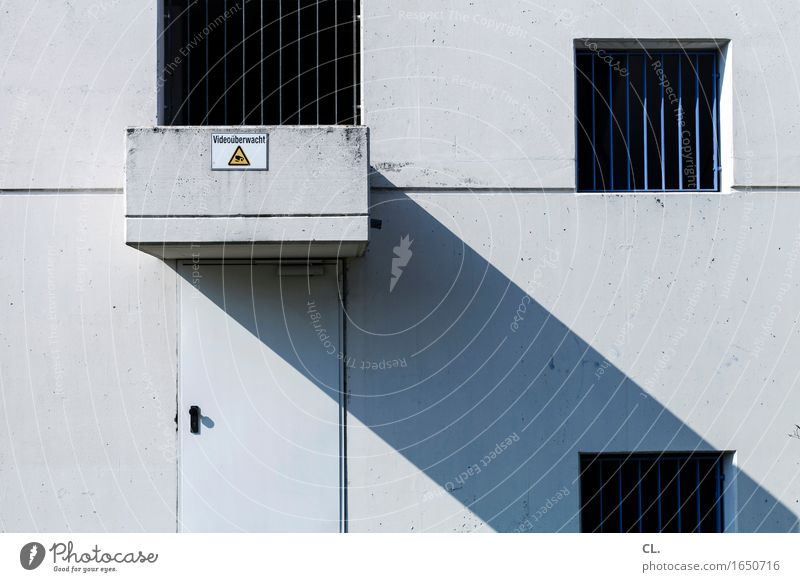 videoüberwacht Haus Industrieanlage Fabrik Gebäude Architektur Mauer Wand Fassade Fenster Tür Gitter Hinweisschild Warnschild trist grau Angst Zukunftsangst