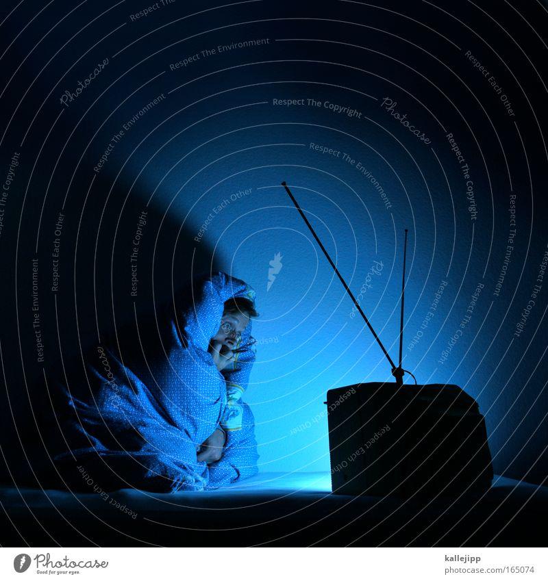 derrick Mensch Mann blau Einsamkeit Leben Gefühle Erwachsene Angst sitzen gefährlich Häusliches Leben Bett Fernseher Fernsehen festhalten Filmindustrie