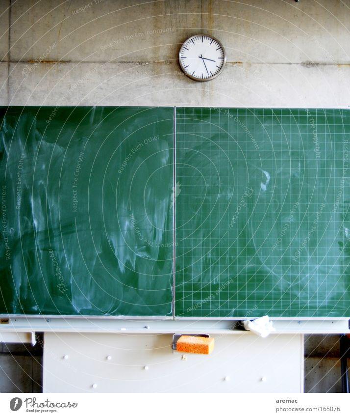 Nachsitzen Farbfoto Innenaufnahme Menschenleer Zentralperspektive Bildung Schule Klassenraum Tafel Hörsaal Mauer Wand grün Schwamm Uhrwerk nachsitzen Kreide