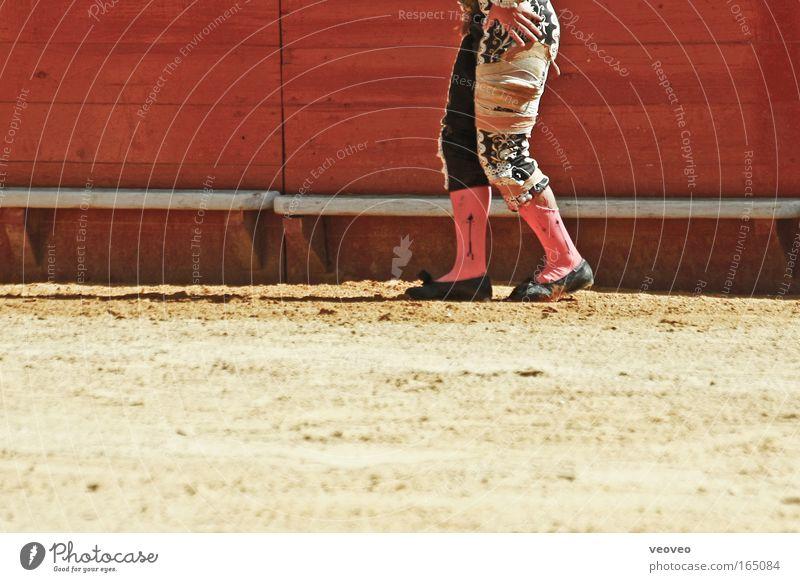 Bitte den Stier nicht streicheln. Mensch Mann Erwachsene gelb Holz Beine Fuß Freizeit & Hobby maskulin Aktion Schmerz Spanien Bauch verloren Stolz Aggression