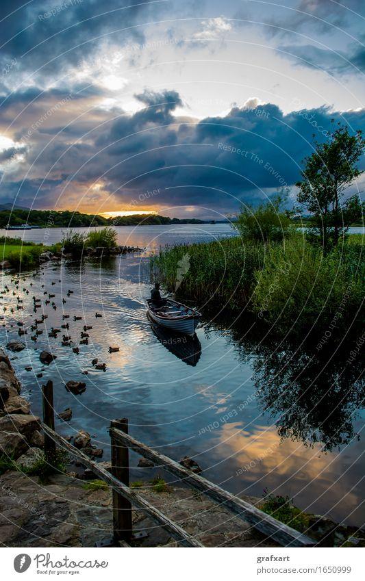 Boot am Lough Leane im Killarney National Park in Irland Republik Irland See Sonnenuntergang Wasserfahrzeug Abend Dämmerung dunkel friedlich Gewitterwolken