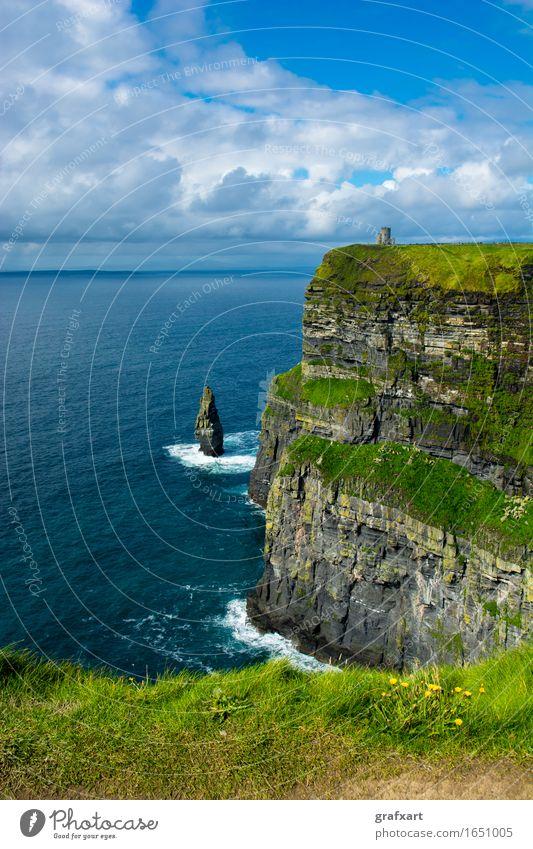 Cliffs of Moher in Irland Republik Irland Küste Klippe Atlantik hoch Meer Brandung Felsen galway Risiko gefährlich Himmel Höhe Landschaft monument Natur