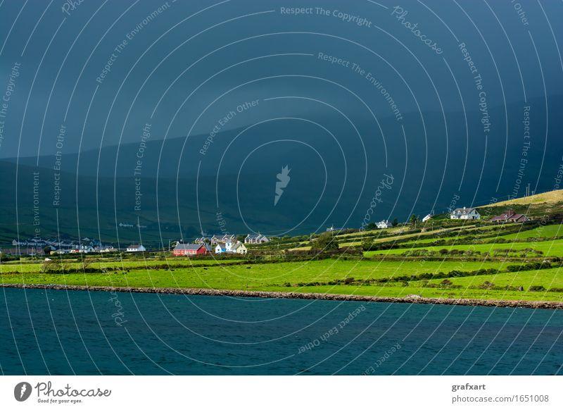 Malerische Küstensiedlung in Irland Republik Irland ländlich Landschaft Wohnsiedlung Wetter Wolken Atlantik Dingle Dorf Einsamkeit friedlich Gewitter Halbinsel