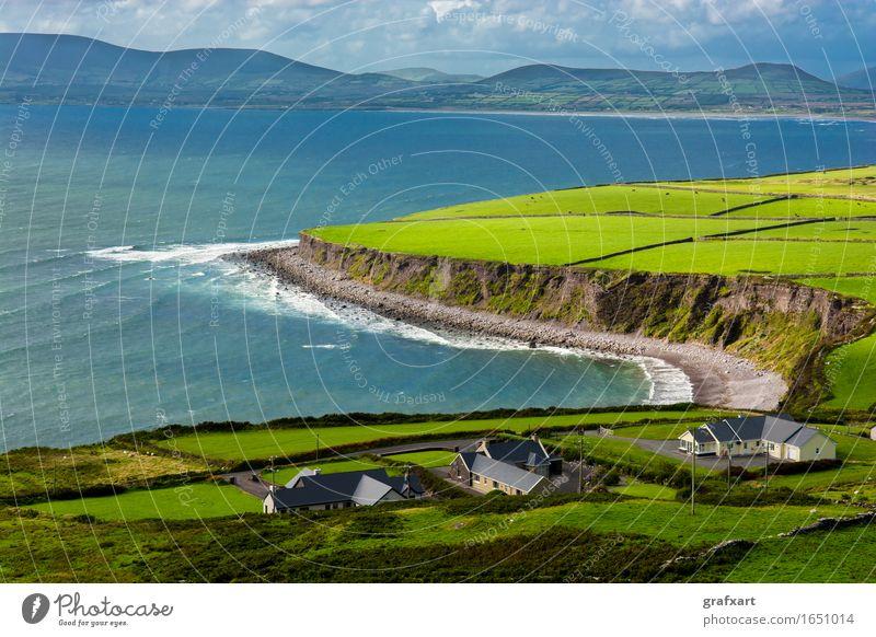 Häuser an der Küste von Irland Republik Irland ländlich Landschaft Landwirtschaft Atlantik Einsamkeit friedlich Haus Himmel Horizont Insel Kerry Klippe