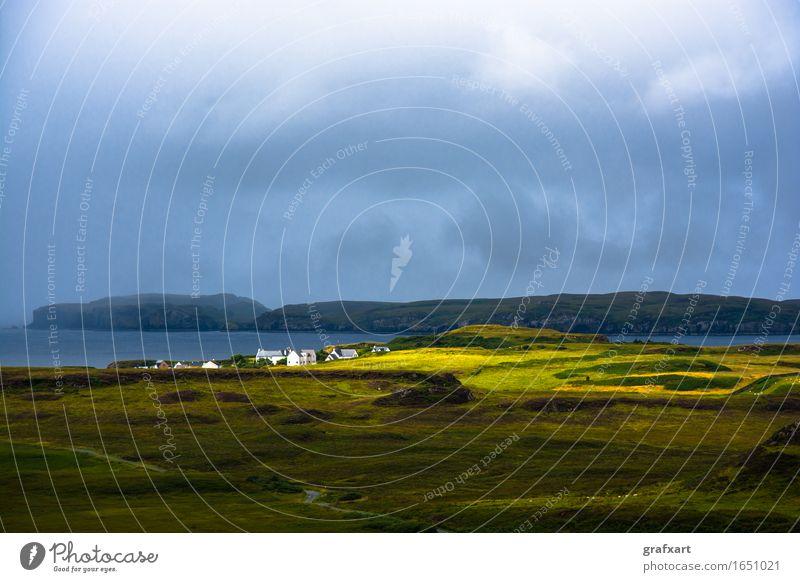 Einsames Dorf in Schottland Isle of Skye Wohnsiedlung Insel Wolken Wetter Sonnenstrahlen Reisefotografie Regen Einsamkeit ruhig friedlich Ferne Meer Küste