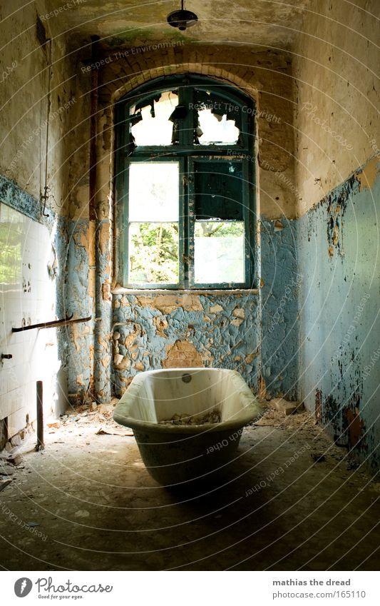 BADETAG alt blau Wasser schön Einsamkeit Farbe Fenster Wand Architektur Mauer Lampe dreckig trist Idylle Badewanne Fabrik
