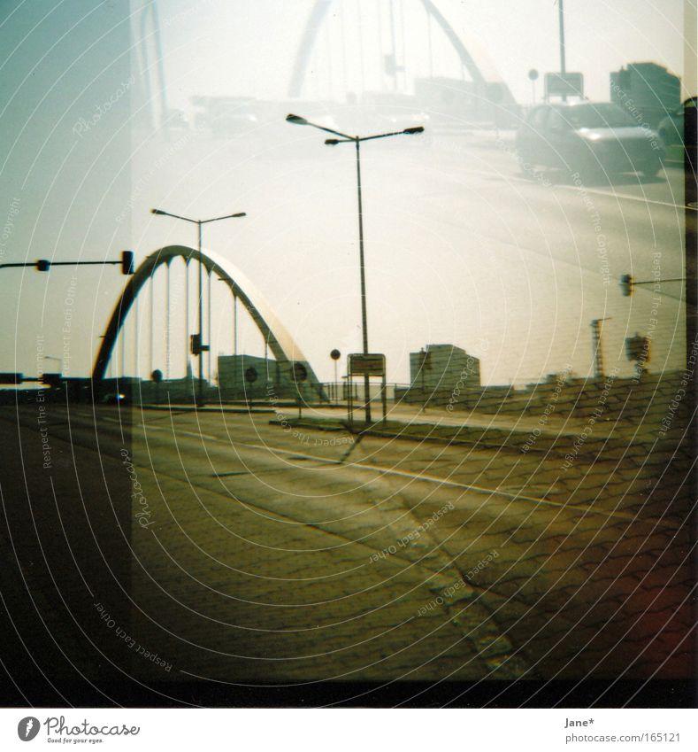 willkommen in... Farbfoto Gedeckte Farben Außenaufnahme Experiment Lomografie Holga Menschenleer Morgen Morgendämmerung Sonnenlicht Stadt Brücke Verkehrswege