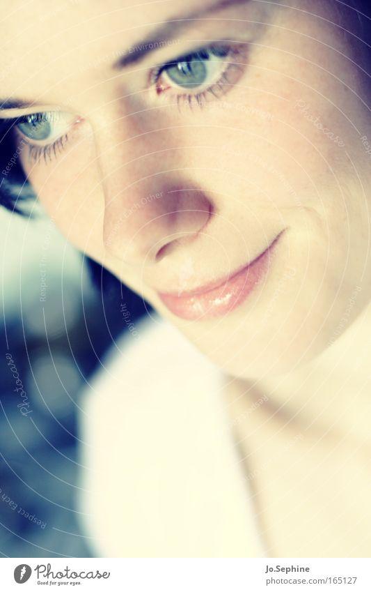I dedicate my soul to you. Mensch Jugendliche schön ruhig Gesicht Erwachsene Junge Frau Gefühle Glück Denken 18-30 Jahre träumen Zufriedenheit Lächeln zart Konzentration