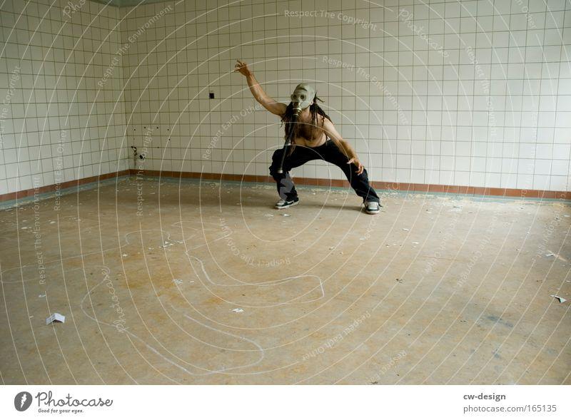 Warum liegt hier eigentlich Stroh? Mensch Mann Erwachsene Tanzen Angst maskulin gefährlich stehen Maske Fitness Todesangst trashig atmen 1 Jugendkultur