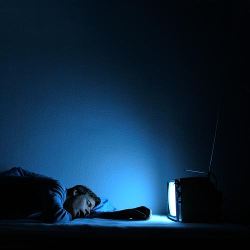 sandmännchen Nacht ruhig Freizeit & Hobby Nachtleben Mann Erwachsene 1 Mensch 30-45 Jahre Medien Fernsehen Fernseher Fernsehen schauen Blick schlafen blau