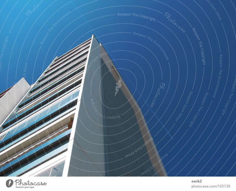 Vorbeigeschrammt Ferien & Urlaub & Reisen Stadt Haus Ferne Wand Architektur Bewegung Gebäude Mauer Freiheit fliegen Fassade Häusliches Leben Luft Luftverkehr