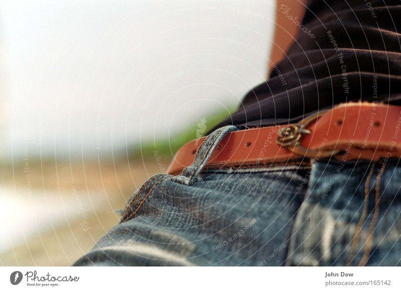 einfach mal zurücklehnen Sommer ruhig Erholung Metall Mode Zufriedenheit sitzen Dekoration & Verzierung Bekleidung T-Shirt Rose Jeanshose Zeichen Falte
