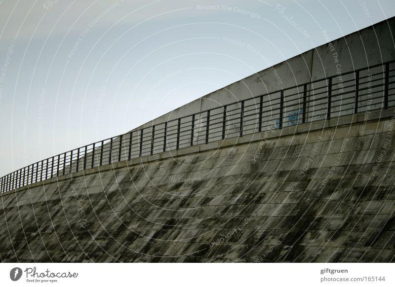 xing Farbfoto Außenaufnahme Textfreiraum links Textfreiraum oben Tag Himmel Wolkenloser Himmel Menschenleer Architektur Mauer Wand Brückengeländer Verkehrswege
