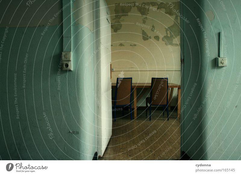 Besprechung Einsamkeit Ferne Wand Leben Traurigkeit Mauer Zeit Tür Kommunizieren Zukunft Vergänglichkeit planen Wandel & Veränderung Hoffnung Vergangenheit Stuhl
