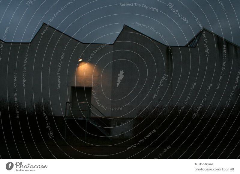 Tor nach Mordor Industriegebäude Lagerhalle Eingang Tür Nachtaufnahme Dämmerlicht Hell-Dunkel-Kontrast Lightshow Scheinwerfer wellenförmige Dachkonstruktion