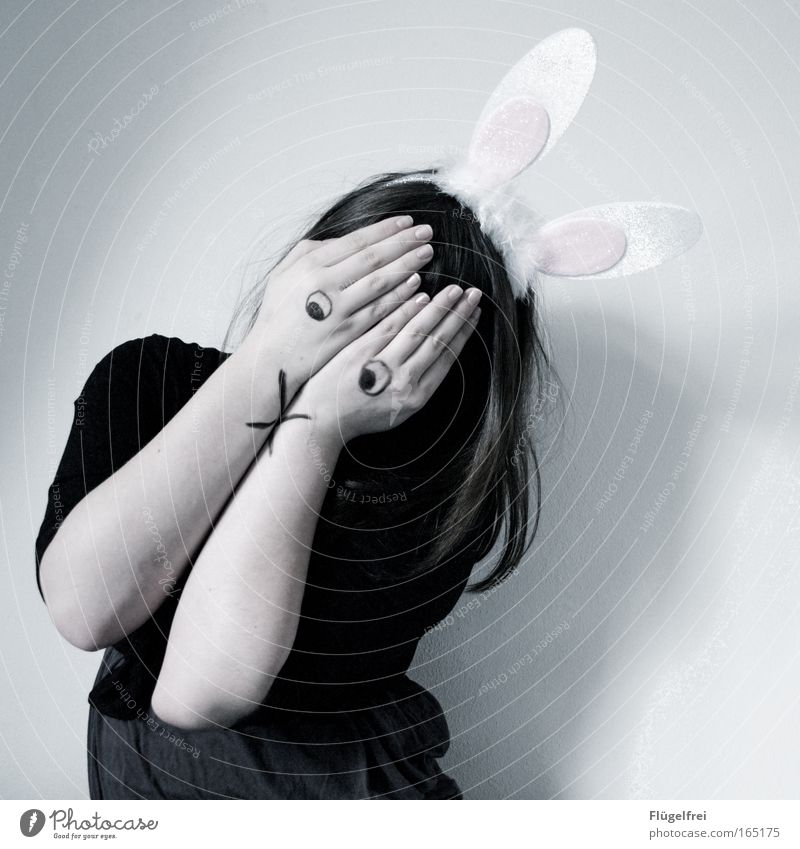 Noch 327 Tage, 8 Stunden und 15 Minuten bis Ostern Mensch Hand Hase & Kaninchen Mädchen ruhig dunkel kalt feminin Gefühle Traurigkeit Denken träumen Stimmung