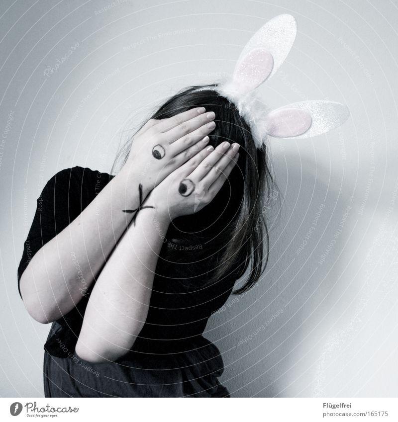 Noch 327 Tage, 8 Stunden und 15 Minuten bis Ostern Mensch Hand Hase & Kaninchen Mädchen ruhig dunkel kalt feminin Gefühle Traurigkeit Denken träumen Stimmung warten Feste & Feiern Trauer