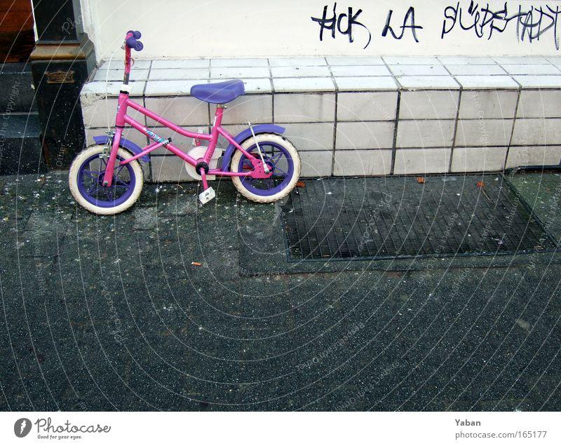 South City Rollers Stadt Wand Spielen Mauer Kindheit Fahrrad rosa warten stehen fahren Schutz violett trashig Schloss Jugendkultur Klischee