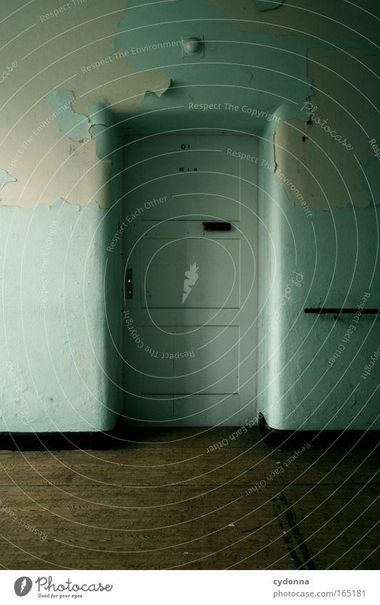 Vor verschlossener Tür Farbfoto Innenaufnahme Menschenleer Textfreiraum links Textfreiraum unten Tag Schatten Zentralperspektive Mauer Wand ästhetisch Bildung