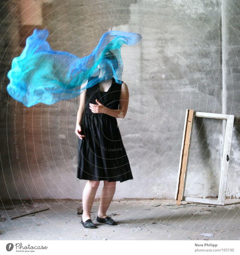 Beweg mich Frau Mensch Jugendliche blau schwarz feminin Wand Bewegung träumen Mauer Tanzen Mode Erwachsene elegant ästhetisch stehen