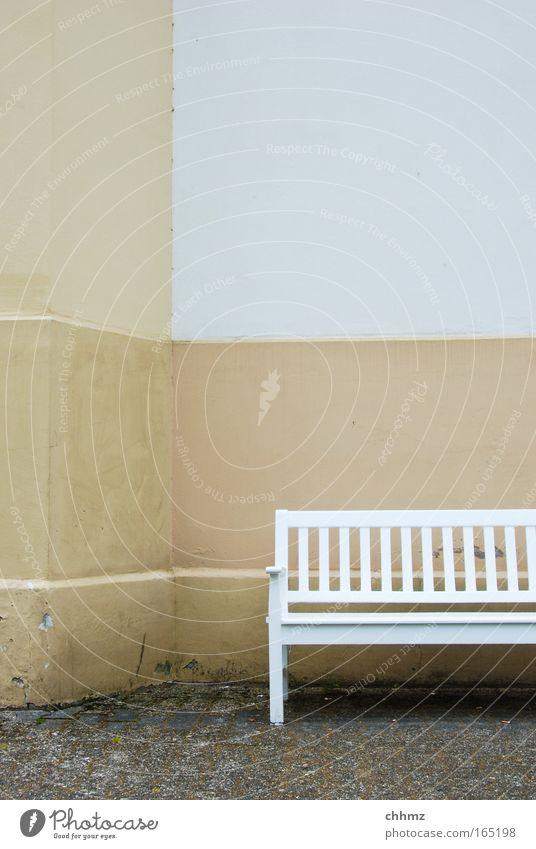 Bank Farbfoto Gedeckte Farben Außenaufnahme Detailaufnahme Menschenleer Textfreiraum oben Tag Totale Erholung ruhig Möbel Park Platz Gebäude Mauer Wand Fassade