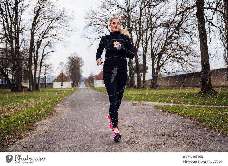 mittelgroße Frau, die im Park läuft. Sport Joggen Erwachsene Gras Wege & Pfade Strumpfhose Schuhe Fitness dünn Geschwindigkeit grün rosa schwarz Tatkraft