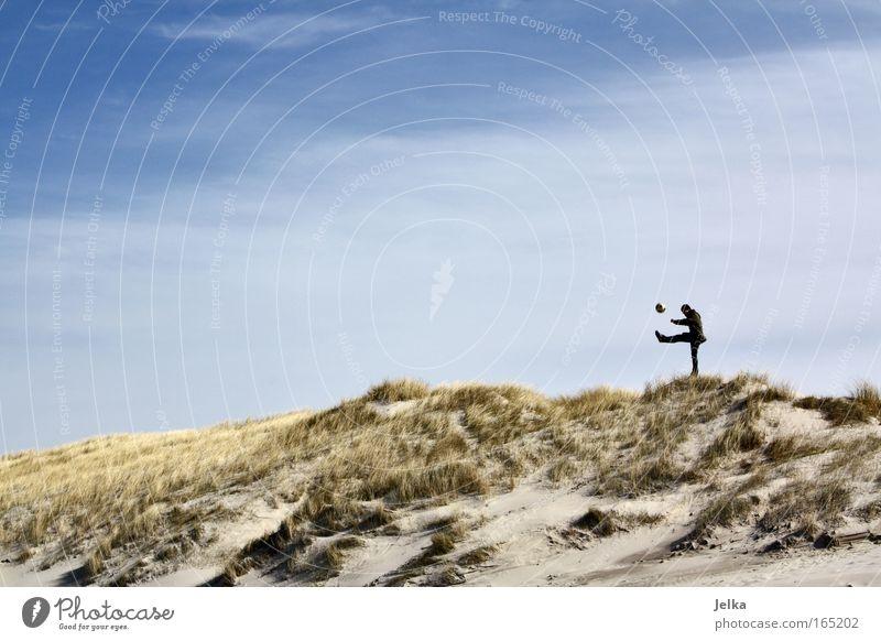 Kick it like Nils Mensch Himmel Natur Strand Sport Spielen Sand Küste frei groß maskulin Stranddüne Dänemark Ballsport