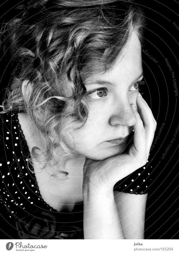 gepunktete enttäuschung Schwarzweißfoto Nahaufnahme Porträt Halbprofil Blick nach vorn Wegsehen Mensch feminin Junge Frau Jugendliche Kopf Gesicht Arme Hand