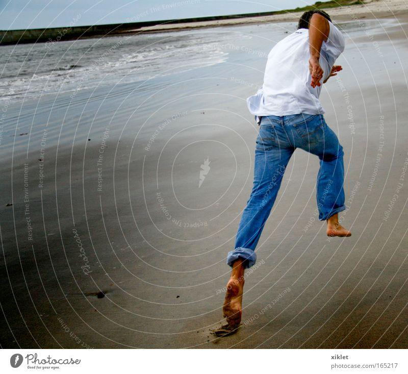 laufen maskulin Junger Mann Jugendliche Natur Wellen Küste Strand Meer rennen sportlich Gesundheit frisch muskulös Tatkraft schön Geschwindigkeit