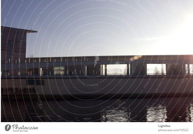 Kanzlers zu Hause Wasser Himmel Sonne blau Stadt Wolken Berlin Stein Gebäude Wasserfahrzeug orange Architektur Glas modern Spiegel Bauwerk