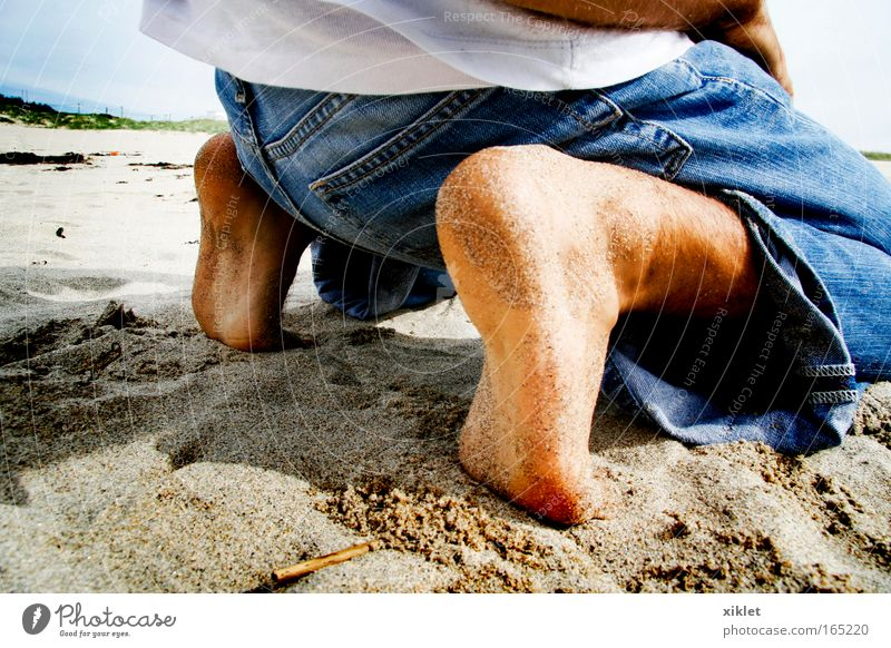 Natur Jugendliche blau weiß Meer Freude Strand ruhig gelb Erholung Sand Küste Beine Fuß warten maskulin