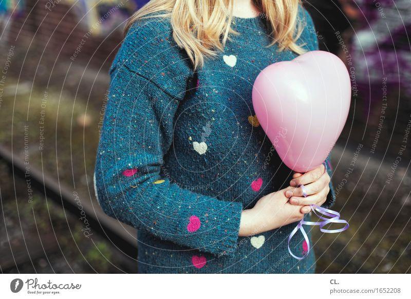 herzilein Mensch Frau Jugendliche Junge Frau Einsamkeit Erwachsene Leben Liebe Gefühle feminin Feste & Feiern blond Geburtstag Herz Luftballon Kitsch
