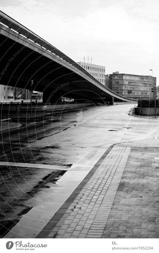 hannover irgendwo Stadt Haus Straße Architektur Herbst Wege & Pfade Regen Verkehr trist Hochhaus Brücke Bauwerk Stadtzentrum Verkehrswege Straßenverkehr