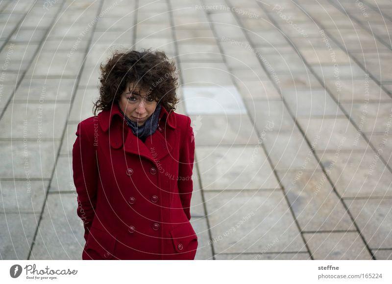 den Kopf einziehen Mensch Jugendliche rot feminin warten Mode Erwachsene Bekleidung Stoff brünett Mantel Frau Locken Junge Frau 18-30 Jahre