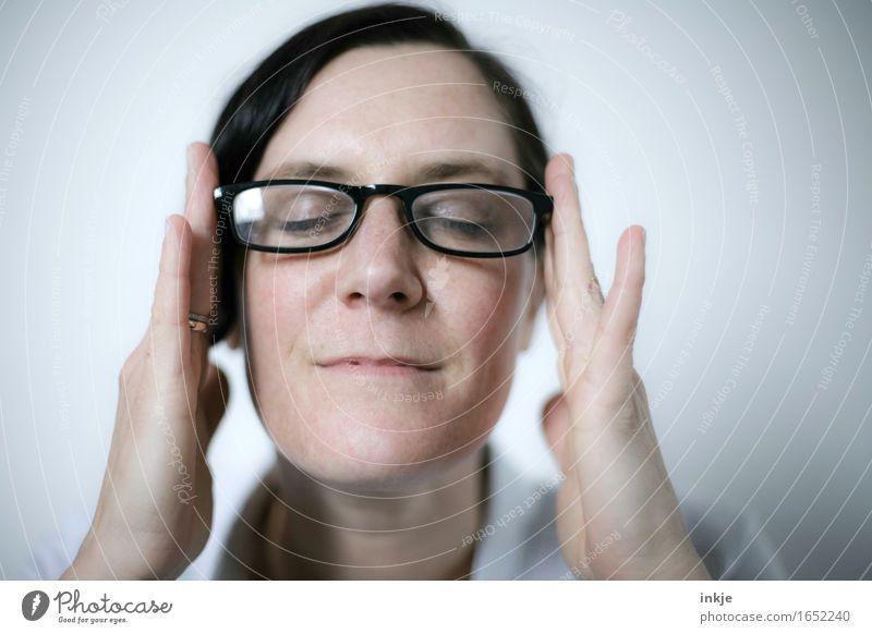 Lesebrille Lifestyle Stil Frau Erwachsene Leben Gesicht 1 Mensch 30-45 Jahre Brille schwarzhaarig kurzhaarig festhalten Lächeln einfach hell modern weiß Gefühle