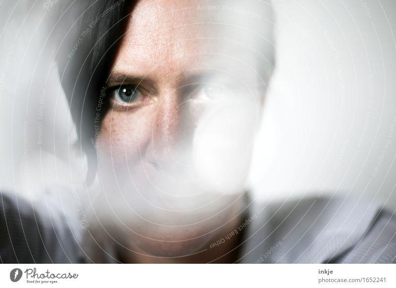 . Mensch Frau Gesicht Erwachsene Gefühle Lifestyle außergewöhnlich Stimmung Nebel einzigartig Identität Sinnesorgane ernst unklar normal Vor hellem Hintergrund