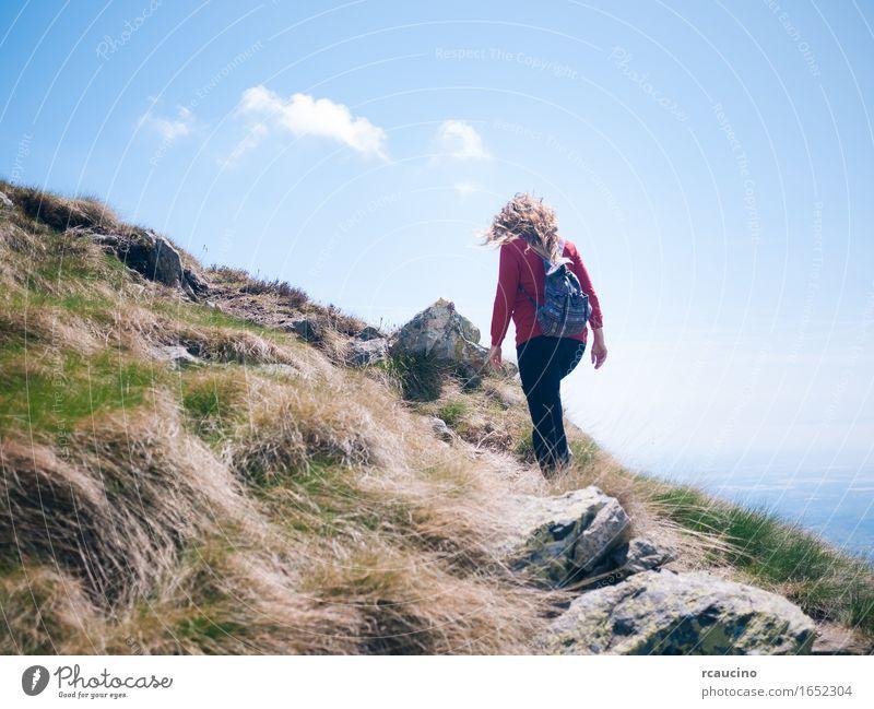 Frau geht auf einen Gebirgsweg an einem sonnigen Tag. Mensch Natur Ferien & Urlaub & Reisen Sommer Landschaft Berge u. Gebirge Erwachsene Leben Sport wandern
