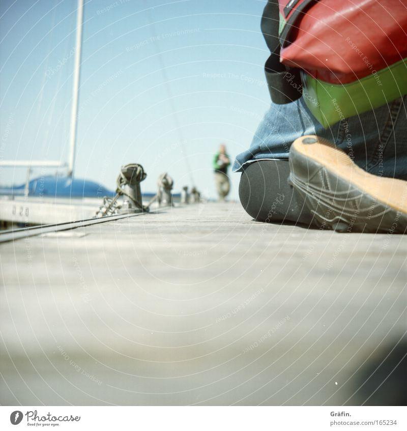 [HH 04.09] perspektivisch reizvoll Himmel Beine Fuß Wasserfahrzeug Rücken Schuhe Rock Segeln Steg Turnschuh Tasche Segelboot Lomografie knien Ponton