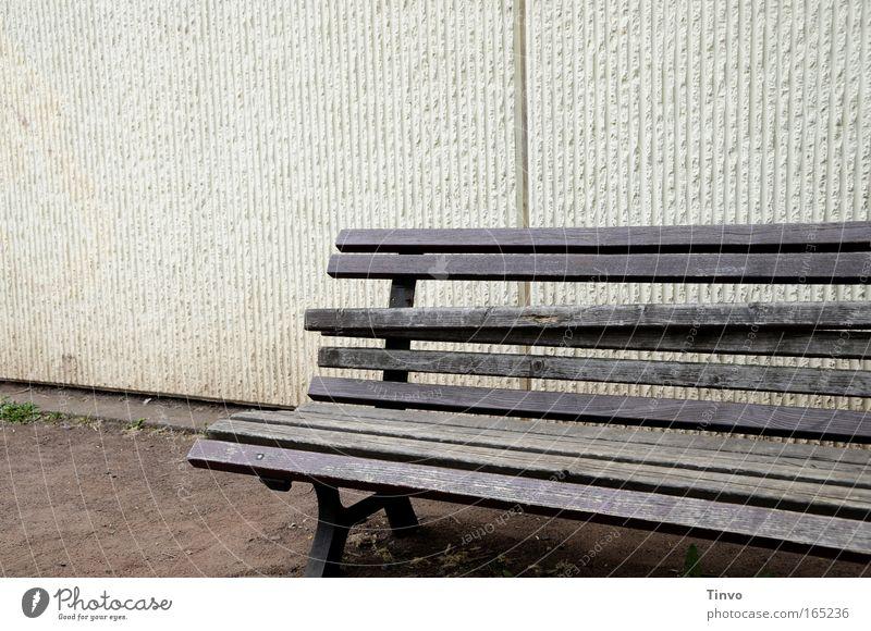 Bad Bank alt Einsamkeit Erholung Wand Holz Traurigkeit Mauer Bank kaputt Vergänglichkeit Verfall Sitzgelegenheit Schwäche Krise verwittert unbequem