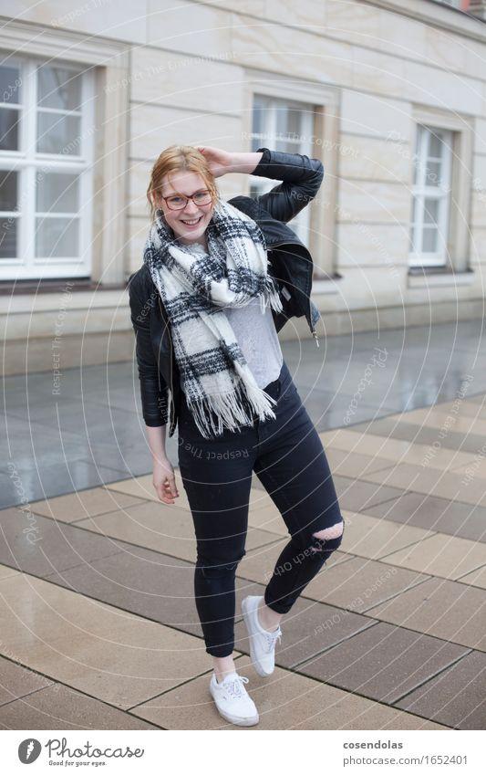 regen 03 Lifestyle Freude Student feminin Junge Frau Jugendliche 1 Mensch 18-30 Jahre Erwachsene Wetter schlechtes Wetter Unwetter Wind Regen Gewitter Stadt