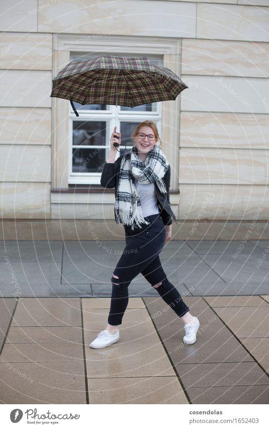 regen 02 Mensch Frau Jugendliche Stadt Junge Frau 18-30 Jahre Erwachsene Lifestyle feminin Stil lachen Mode Regen Ausflug authentisch Fröhlichkeit
