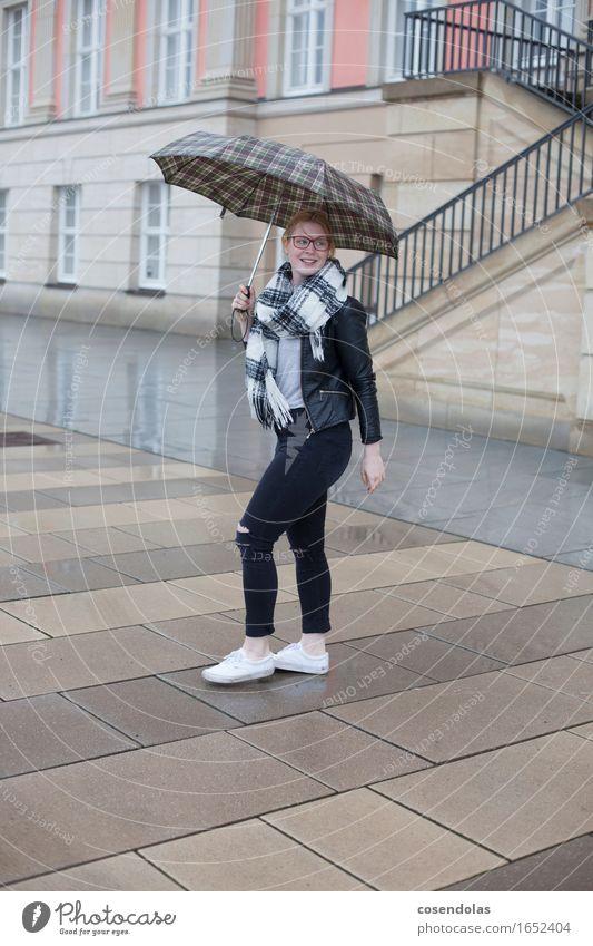 regen Lifestyle Student feminin Junge Frau Jugendliche 1 Mensch 18-30 Jahre Erwachsene schlechtes Wetter Regen Stadt Stadtzentrum Hose Jacke Brille Schal
