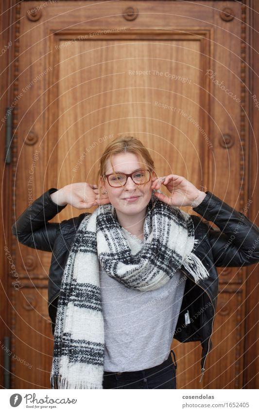 Hello Lifestyle Student feminin Junge Frau Jugendliche Erwachsene 1 Mensch 18-30 Jahre Stadtzentrum Jacke Schal rothaarig langhaarig Lächeln lachen authentisch