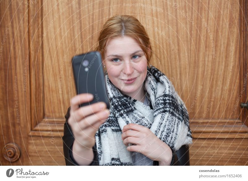 Selfietime Mensch Frau Jugendliche schön Junge Frau Freude 18-30 Jahre Erwachsene Lifestyle feminin Tür authentisch Fröhlichkeit Lächeln Internet Student