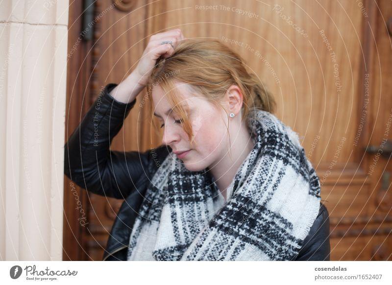Nachdenken Azubi Student feminin Junge Frau Jugendliche Erwachsene 1 Mensch 18-30 Jahre Tür Jacke Schal rothaarig langhaarig Zopf Denken träumen Traurigkeit