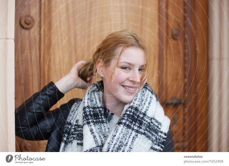 1 nices girl Lifestyle Student feminin Junge Frau Jugendliche Erwachsene Mensch 18-30 Jahre schlechtes Wetter Jacke Schal rothaarig langhaarig Erholung Lächeln