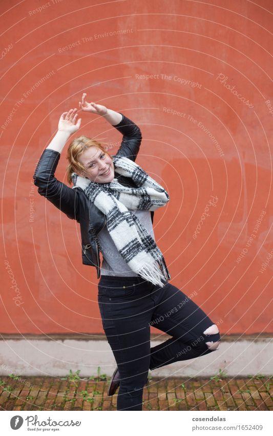 Bei Wind und Wetter Lifestyle Student feminin Junge Frau Jugendliche Erwachsene 1 Mensch 18-30 Jahre Tanzen schlechtes Wetter Jacke Schal rothaarig langhaarig