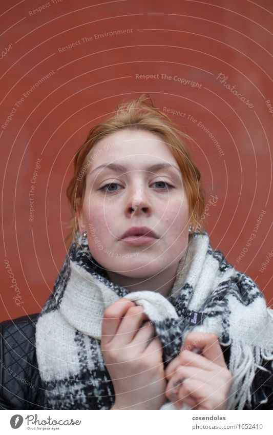 Junge Frau Student feminin Jugendliche Erwachsene 1 Mensch 18-30 Jahre Jacke Schal rothaarig langhaarig Blick authentisch kalt Wut Schmerz Sehnsucht Angst