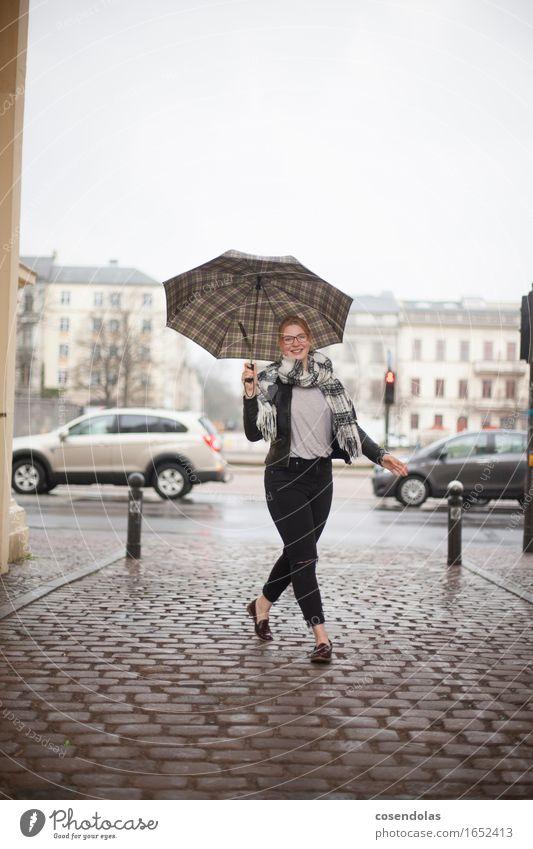 Junge Frau mit Regenschirm Mensch Frau Jugendliche Stadt schön Junge Frau 18-30 Jahre Erwachsene Herbst Bewegung Lifestyle feminin lachen Regen Zufriedenheit Fröhlichkeit