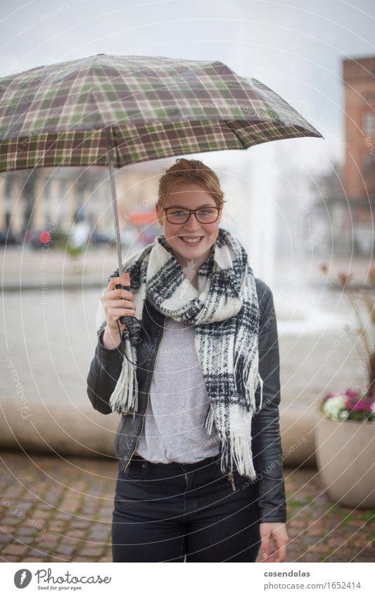 Regen in der Stadt Mensch Frau Jugendliche schön Junge Frau Freude 18-30 Jahre Erwachsene feminin lachen Regen blond authentisch stehen Platz Lächeln